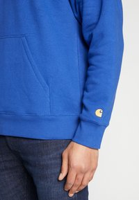 Carhartt WIP - HOODED CHASE  - Sweat à capuche - submarine/gold - 5