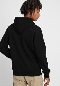 Carhartt WIP - HOODED CHASE  - Mikina s kapucí - black/gold - 2
