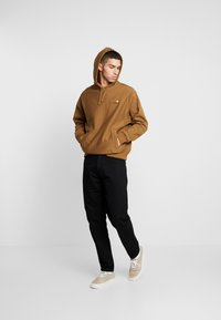 Carhartt WIP - HOODED AMERICAN SCRIPT - Mikina s kapucí - hamilton brown - 1