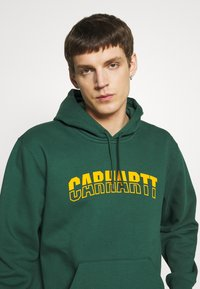 Carhartt WIP - HOODED DISTRICT - Luvtröja - dark green/yellow - 3