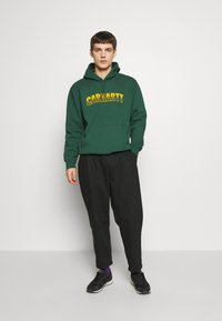 Carhartt WIP - HOODED DISTRICT - Luvtröja - dark green/yellow - 1