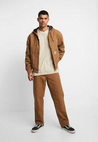 Carhartt WIP - ACTIVE JACKET DEARBORN - Summer jacket - hamilton brown - 1