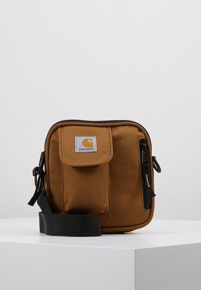 ESSENTIALS BAG SMALL - Taška spříčným popruhem - hamilton brown