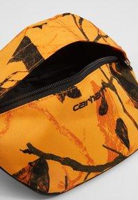 Carhartt WIP - PAYTON HIP BAG - Heuptas - tree/orange/black - 4