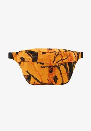 PAYTON HIP BAG - Ledvinka - tree/orange/black