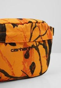 Carhartt WIP - PAYTON HIP BAG - Heuptas - tree/orange/black - 7
