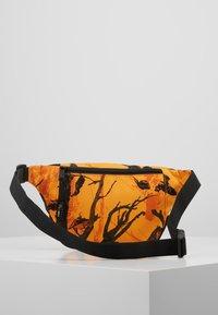 Carhartt WIP - PAYTON HIP BAG - Heuptas - tree/orange/black - 2