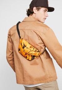 Carhartt WIP - PAYTON HIP BAG - Heuptas - tree/orange/black - 1