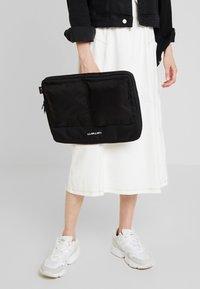 Carhartt WIP - PAYTON LAPTOP CASE - Notebooktasche - black/white - 5