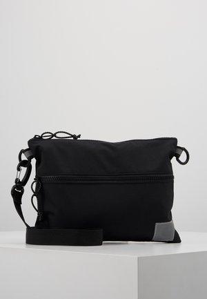 DEXTER STRAP BAG  - Umhängetasche - black