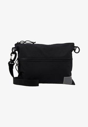 DEXTER STRAP BAG  - Taška spříčným popruhem - black