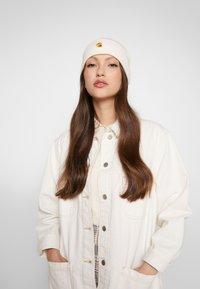Carhartt WIP - CHASE BEANIE - Bonnet - white/gold - 3