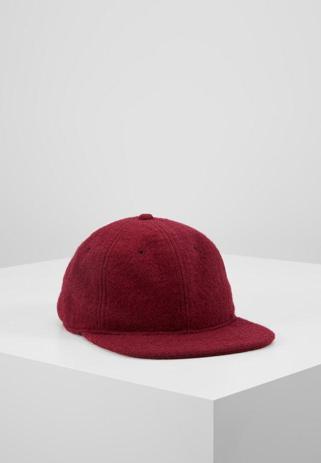 PEMBROKE - Keps - mulberry/wax