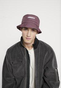 Carhartt WIP - ALISTAIR BUCKET HAT - Hat - black/etna red - 1