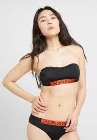 Calvin Klein Swimwear - CORE ICON BANDEAU - Bikini top - black - 2