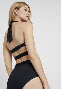 Calvin Klein Swimwear - CORE ICON CROSS OVER BRALETTE - Bikini top - black - 2