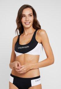 Calvin Klein Swimwear - BLOCKING BRALETTE - Top de bikini - black - 0