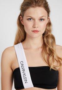 Calvin Klein Swimwear - CK BLOCKING BANDEAU - Bikinitop - black - 3