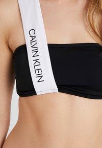 Calvin Klein Swimwear - CK BLOCKING BANDEAU - Bikinitop - black - 5