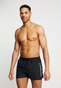 Calvin Klein Swimwear - SHORT RUNNER LOGO - Zwemshorts - black - 0