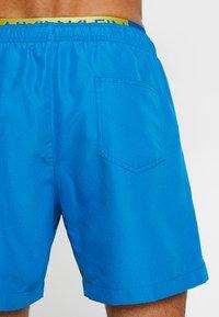 Calvin Klein Swimwear - MEDIUM DOUBLE WAISTBAND - Short de bain - imperial blue - 1