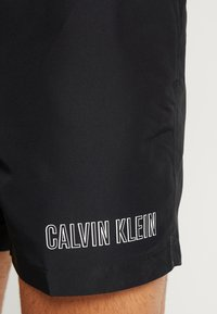 Calvin Klein Swimwear - MEDIUM DOUBLE WAISTBAND - Swimming shorts - black - 2