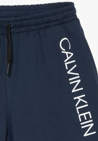 Calvin Klein Swimwear - CORE PLACED LOGO - Pantalon de survêtement - blue - 4