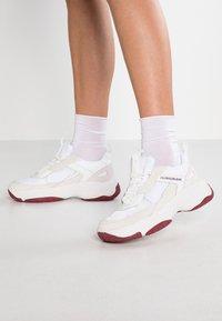 Calvin Klein Jeans - MAYA - Matalavartiset tennarit - white - 0