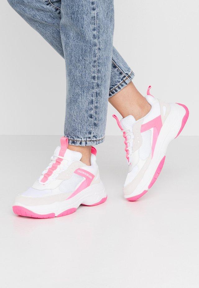 MAYA - Sneakers laag - white/pink fluo