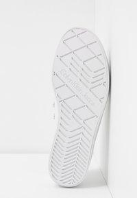 Calvin Klein Jeans - ZOLAH - Matalavartiset tennarit - white - 6
