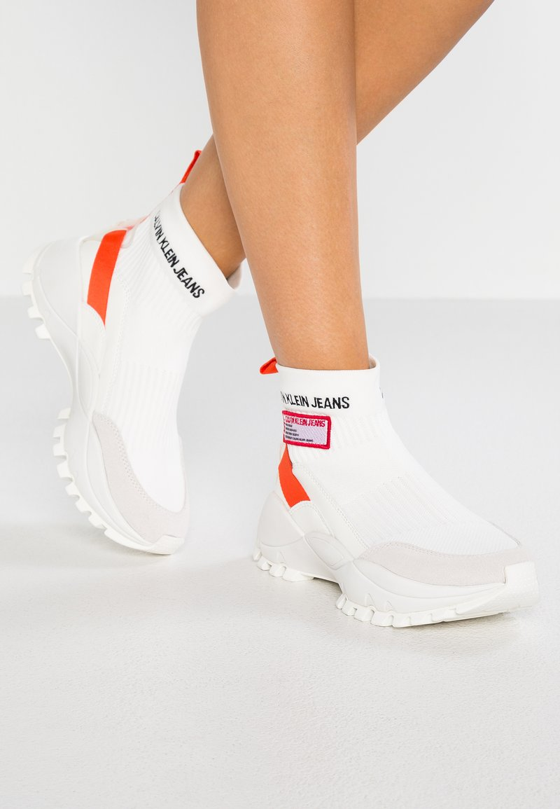 Calvin Klein Jeans - TYSHA - Korkeavartiset tennarit - bright white/orangeade