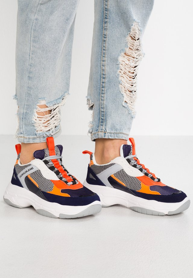 MAYA - Joggesko - navy/light grey/orange