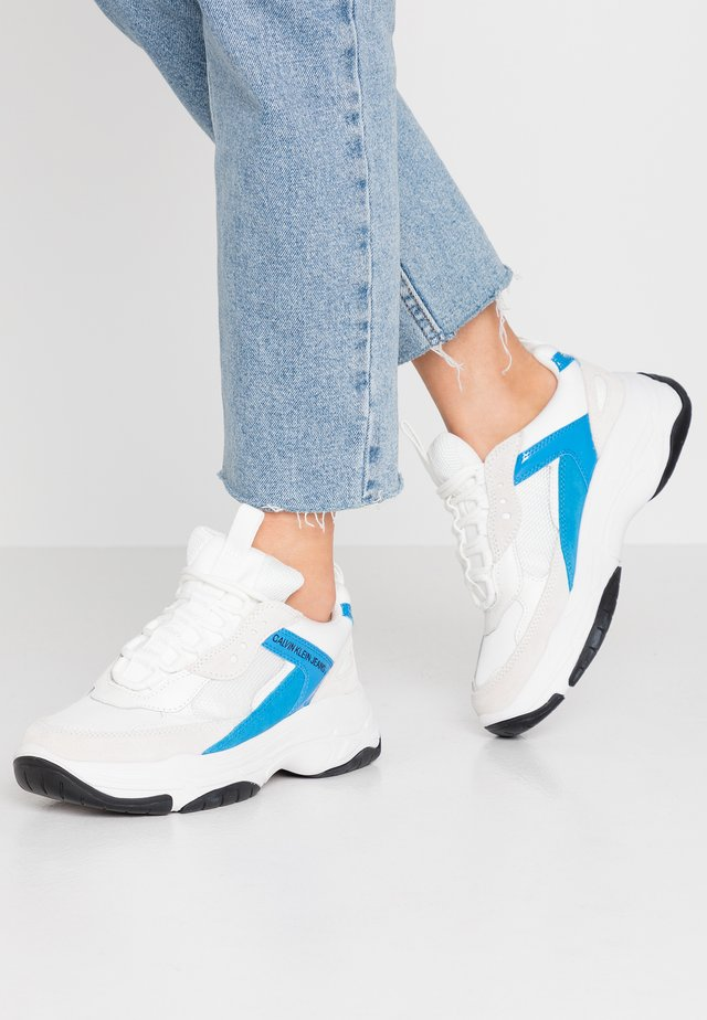 MAYA - Sneakers laag - bright white/blue aster