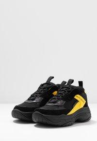 Calvin Klein Jeans - MAYA - Sneakers laag - black/cyber yellow - 4