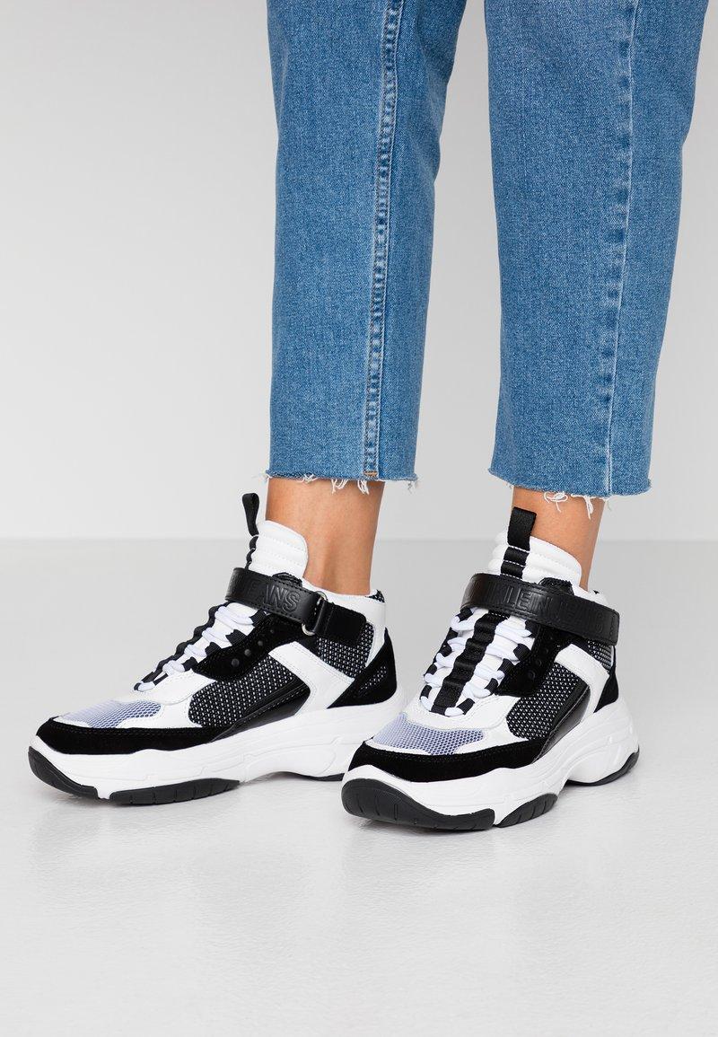 Calvin Klein Jeans - MISSIE - Høye joggesko - white/black