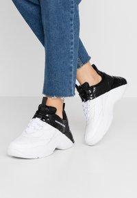 Calvin Klein Jeans - MADELIA - Tenisky - white/black - 0