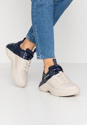 MADELIA - Sneakersy niskie - stone/navy