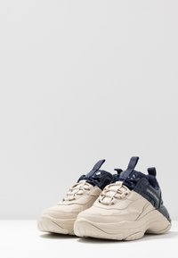 Calvin Klein Jeans - MADELIA - Zapatillas - stone/navy - 4