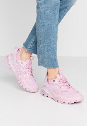 CLARICE - Sneakers laag - peony
