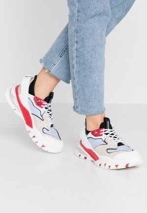 CLARICE - Joggesko - stone/racing red/blue
