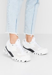 Calvin Klein Jeans - CLARICE - Zapatillas - white - 0