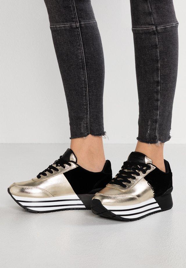 CARLITA - Sneakers laag - gold/black