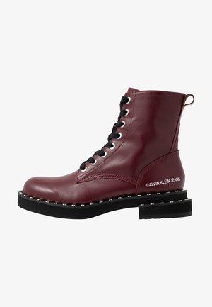 NANNIE - Šněrovací kotníkové boty - beet red