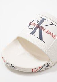 Calvin Klein Jeans - VAREN - Sandály do bazénu - white - 5