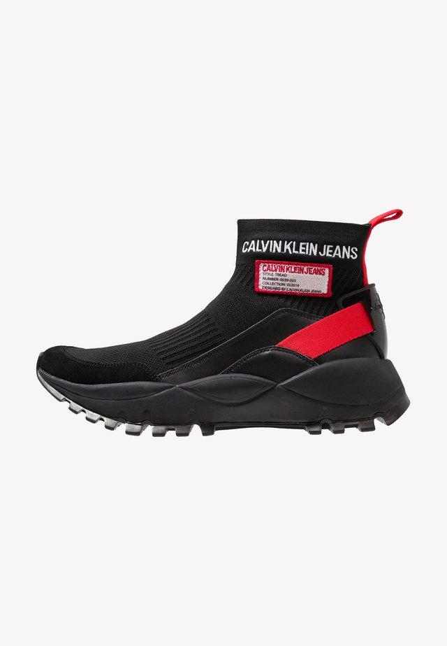 TRAY - Sneakers hoog - black/tomato