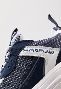Calvin Klein Jeans - MARVIN - Trainers - white/navy - 5