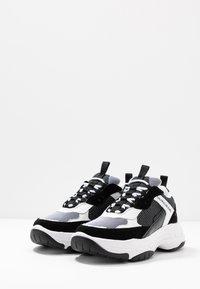 Calvin Klein Jeans - MARVIN - Sneakersy niskie - white/black - 2