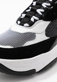 Calvin Klein Jeans - MARVIN - Sneakersy niskie - white/black - 5