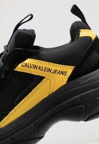 Calvin Klein Jeans - MARVIN - Tenisky - black/cyber yellow - 5