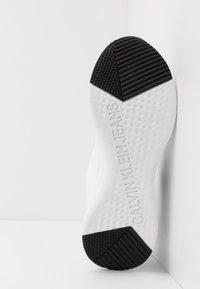 Calvin Klein Jeans - ADAMIR - Sneakers - white/navy - 4